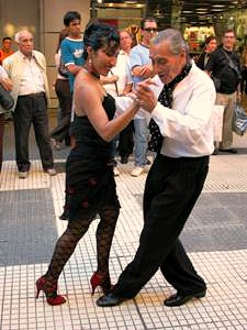 couple dancing in argentina