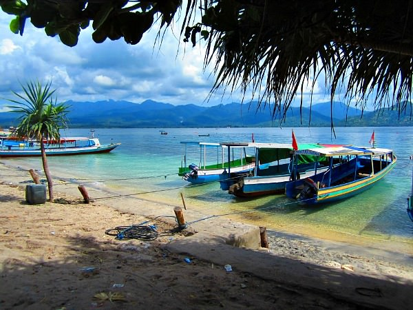 indonesia-gilis-beach-boats-by-ester