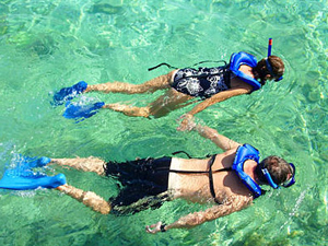 couple snorkelling in bocas del toro, panama