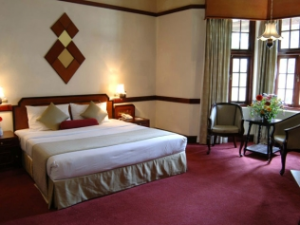 Nuwara Eliya hotel room with bed and sitting area
