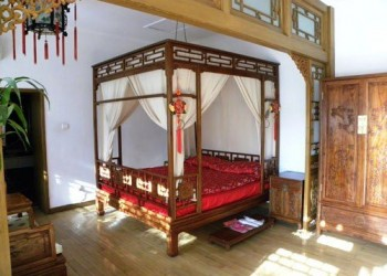 Four poster double dressed in Chinese style
