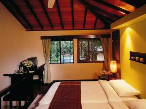 Polonnaruwa hotel room with bed and desk