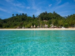 Turquoise water and huts on the beach iat Ko Hai in Thailand