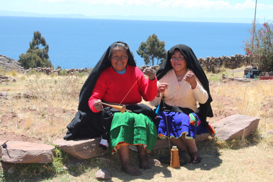 peru-puno-lake-titicaca-local-women-with-a-coil