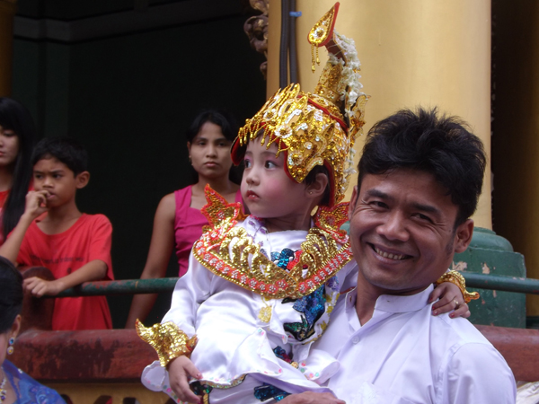 Myanmar-Yangon-local-Shwedagon-Pagoda-man-carrying-child