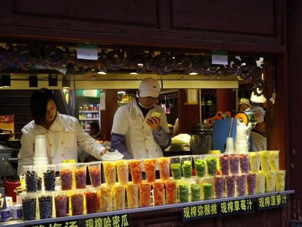 china-lijiang-market-colourful-fruits-smoothies-snacks