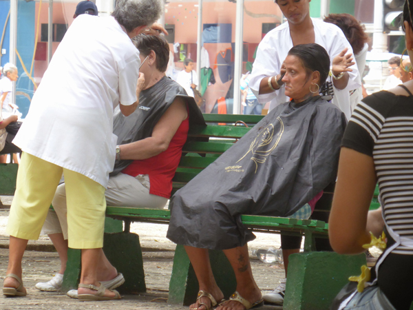 cuba-havana-locals-street-haircut-by-vicky