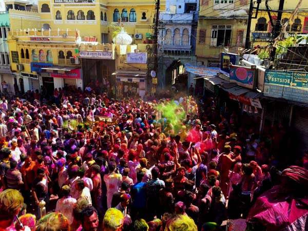A crowd enjoying India's Holi Paint festival