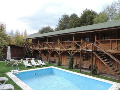 wooden house with swimming pool in Futaleufu