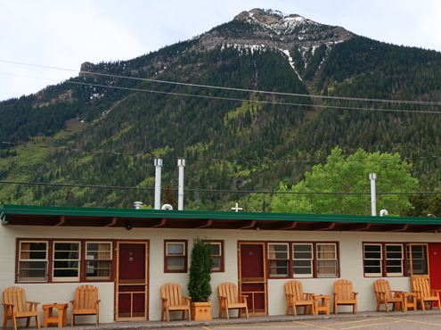 Motel with mountain backdrop