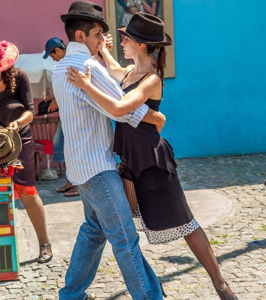 buenos aires couple dancing on the street
