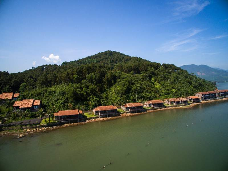 Small huts lined on the lake