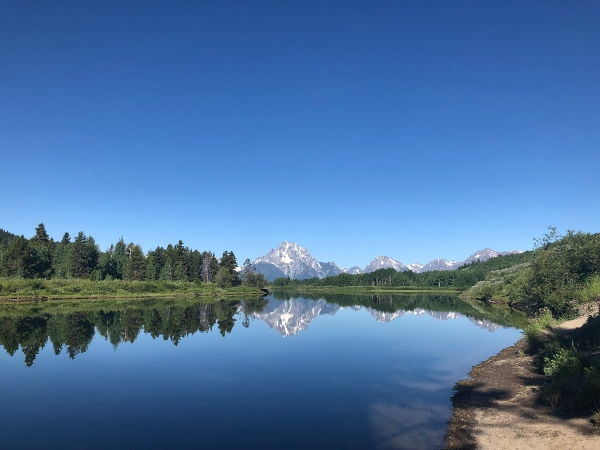 Lake view with mountain peaks in Tenton National Park, USA