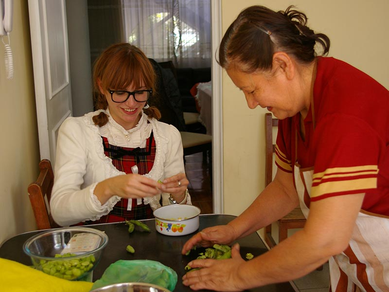 Rickshaw traveller jennifer cooking with a local in Arequipa