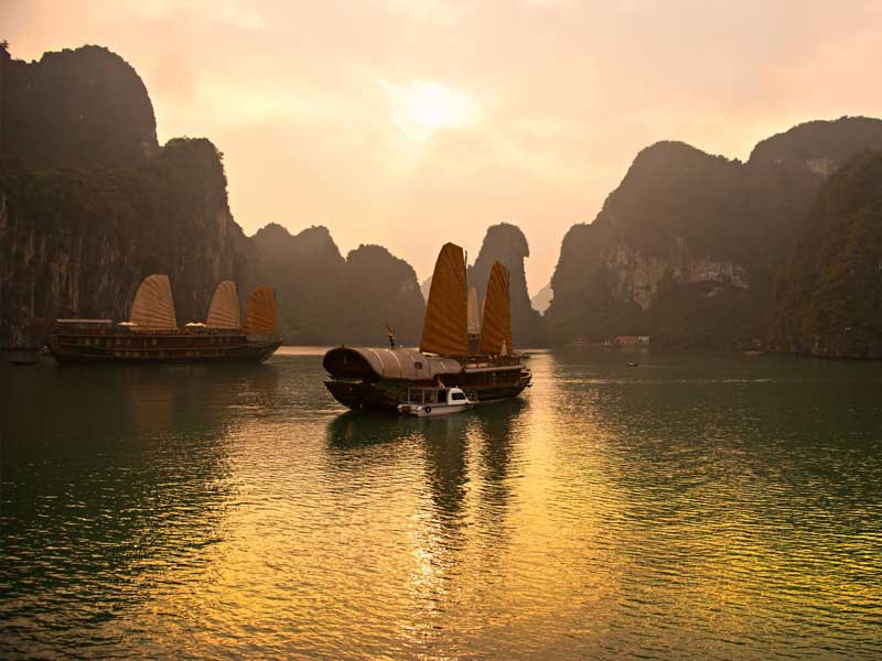 boats in bai tu long bay